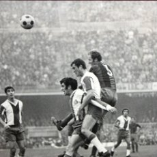 Coleccionismo deportivo: FOTOGRAFIA AÑOS 70 - R.C.D.ESPAÑOL - F.C. BARCELONA - 54 X 43 CM.. Lote 175207864