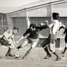 Coleccionismo deportivo: FOTOGRAFIA DE JUAN MANUEL ASENSI Y 2 JUGADORES DEL ESPANYOL - FOTO SEGUI - 45 X 53 CM.. Lote 175213663