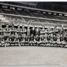 Coleccionismo deportivo: FOTOGRAFIA DEL F.C. BARCELONA - HORACIO SEGUI - AÑO 1972 - 37,8 CM X 55,5 CM.. Lote 175216765