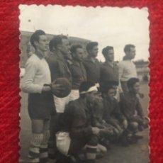 Coleccionismo deportivo: R6691 FOTO FOTOGRAFIA FUTBOL JUGADORES PLANTILLA DESCONOZCO EQUIPO A IDENTIFICAR. Lote 175615769