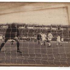 Coleccionismo deportivo: FOTOGRAFÍA REAL MADRID, ATLÉTICO DE MADRID.- 22 X 16,5 CM.. Lote 175657523