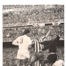 Coleccionismo deportivo: FOTOGRAFÍA REAL MADRID, ATLÉTICO DE MADRID. ESTADIO SANTIAGO BERNABÉU.- 24 X 17 CM. 1988. Lote 175661849