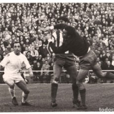Coleccionismo deportivo: FOTOGRAFÍA REAL MADRID, ATLÉTICO DE MADRID. ESTADIO SANTIAGO BERNABÉU.- 24X17CM. 1966. Lote 175662563