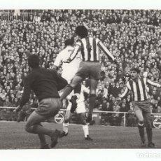Coleccionismo deportivo: FOTOGRAFÍA REAL MADRID, ATLÉTICO DE MADRID. ESTADIO SANTIAGO BERNABÉU.- 24X17CM. 1966. Lote 175662752