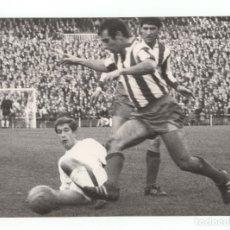 Coleccionismo deportivo: FOTOGRAFÍA REAL MADRID, ATLÉTICO DE MADRID. ESTADIO SANTIAGO BERNABÉU.- 24X17CM. 1966. Lote 175662865