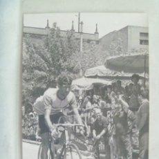 Coleccionismo deportivo: CICLISMO : FOTO DE CICLISTA EN CARRERA . DE DOMENECH, BARCELONA .. 12 X 18 CM. Lote 175721344