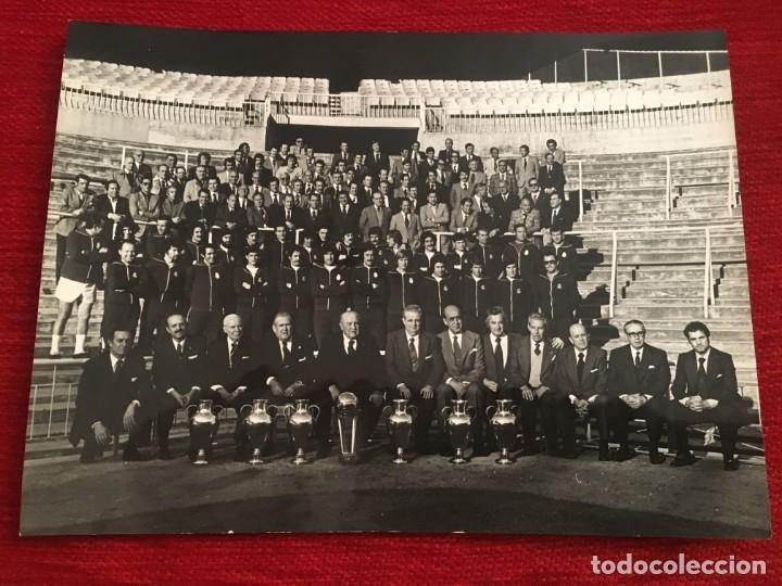 FOTO FOTOGRAFIA PLANTILLA JUGADORES PRENSA ORIGINAL REAL MADRID 75 ANIVERSARIO (24-3-1977) (Coleccionismo Deportivo - Documentos - Fotografías de Deportes)