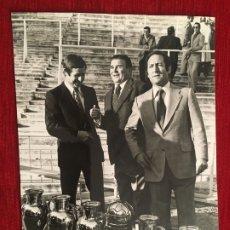 Coleccionismo deportivo: FOTO FOTOGRAFIA DE PRENSA 75 ANIVERSARIO REAL MADRID 1977 PUSKAS GENTO. Lote 176126249