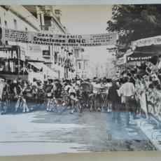 Coleccionismo deportivo: CICLISMO: FOTO DE CICLISTAS A PUNTO DE SALIR, PREMIO CREACIONES MYC. Lote 176203363