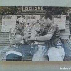 Coleccionismo deportivo: CICLISMO : FOTO DE CICLISTA DEL EQUIPO KAS EN PODIO RECOGIENDO UN PREMIO .. 12 X 18 CM. Lote 176300003