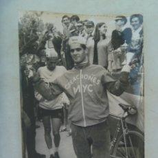 Coleccionismo deportivo: CICLISMO : FOTO DE ENTREGA DE TROFEO A CICLISTA DEL EQUIPO MYC. DE DOMENECH, BARCELONA .. 12 X 18 CM. Lote 176313078