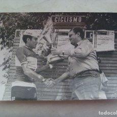 Coleccionismo deportivo: CICLISMO : FOTO DE CICLISTA DEL EQUIPO KAS EN PODIO RECOGIENDO UN PREMIO .. 12 X 18 CM. Lote 176402382
