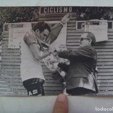 Coleccionismo deportivo: CICLISMO : FOTO DE CICLISTA DEL EQUIPO KAS EN PODIO PONIENDOSE EL MAILLOT AMARILLO .. 12 X 18 CM. Lote 176453573