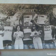 Coleccionismo deportivo: CICLISMO : FOTO DE CICLISTAS DE LOS EQUIPOS IGNIS Y KAS EN PODIO RECOGIENDO UN PREMIO .. 12 X 18 CM. Lote 176727515