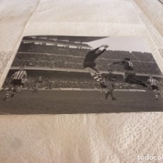 Coleccionismo deportivo: FOTO MATE(15 X 20) LIGA 65-66 BARÇA 1 ATH.CLUB DE BILBAO 0- JOSE ANGEL IRIBAR. Lote 176798274
