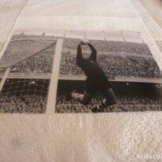 Coleccionismo deportivo: FOTO MATE(15 X 20) LIGA 67-68 (CAMP NOU) BARÇA 1 ATH.CLUB DE BILBAO 0- JOSE ANGEL IRIBAR. Lote 176798342
