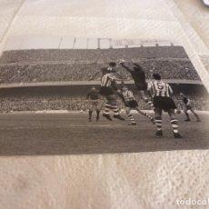 Coleccionismo deportivo: FOTO MATE(15 X 20) LIGA 67-68 (CAMP NOU) BARÇA 1 ATH.CLUB DE BILBAO 0- JOSE ANGEL IRIBAR. Lote 176798357