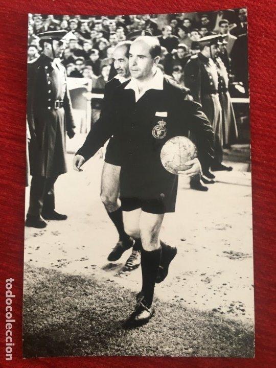 R6801 ORIGINAL FOTO FOTOGRAFIA DE PRENSA ARBITRO FUTBOL ENRIQUE TOMAS LOPEZ (Coleccionismo Deportivo - Documentos - Fotografías de Deportes)
