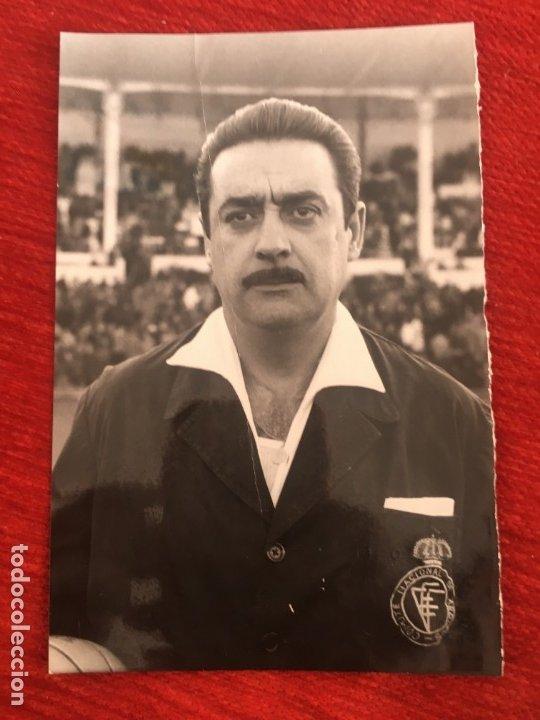 R6809 ORIGINAL FOTO FOTOGRAFIA DE PRENSA ARBITRO FUTBOL VICENTE LLORIS ANTONINO 1963 (Coleccionismo Deportivo - Documentos - Fotografías de Deportes)