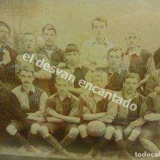 Coleccionismo deportivo: FOOTBALL. INTERESANTE FOTO EQUIPO DE FUTBOL. EN EL BALÓN APARECE FC 1897-8. CON MARCO DE ÉPOCA.. Lote 177378817