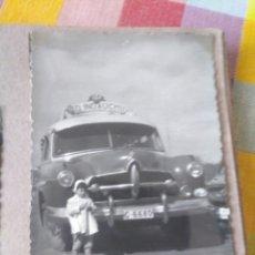Coleccionismo deportivo: FOTOGRAFÍA DEL AUTOBÚS DE LA INDAUTXU SD INDAUCHU BILBAO FÚTBOL. AÑOS 50. Lote 178649911