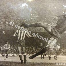 Coleccionismo deportivo: CRUYFF. FOTO ORIGINAL DEL MÍTICO GOL AL ATLÉTICO DE MADRID. SELLO FOTÓGRAFO AL REVERSO. 23 X 14,5 . Lote 178801888