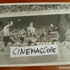Coleccionismo deportivo: FUTBOL CLUB BARCELONA ASENSI ATHLETIC BILBAO IRIBAR FOTO ORIGINAL ANTIGUA. Lote 179003146