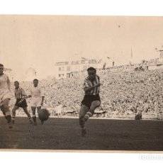 Coleccionismo deportivo: FOTOGRAFÍA ATLÉTICO DE BILBAO Y REAL MADRID. ESTADIO CHANMARTÍN. 17,5X11,5.. Lote 181591713
