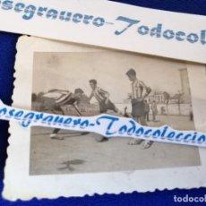 Coleccionismo deportivo: FOTOGRAFIA CADETES JUGANDO AL FUTBOL PRACTICANDO UN PENALTY- FOTO ANTIGUA- VALENCIA. Lote 182413557