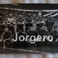 Collectionnisme sportif: F.C. BARCELONA. ALINEACIÓN PARTIDO DE LIGA 1994-1995 EN EL MOLINÓN CONTRA S. GIJÓN. FOTO. Lote 182452786