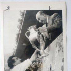 Coleccionismo deportivo: FOTOGRAFIA DEL REAL MADRID C.F. - 2ª COPA DE EUROPA 1957 FRANCO - MIGUEL MUÑOZ 17,5X14 CM FUTBOL. Lote 183596663