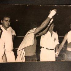 Coleccionismo deportivo: FOTO BOXEADOR.COMBATE DE BOXEO.RING.FOTOGRAFO EUGENIO GRIÑAN.SAN BARTOLOMÉ 3 MALAGA. Lote 183864017