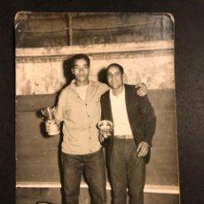 Coleccionismo deportivo: BOXEO.FOTO BOXEADOR CON TROFEO.FOTO BROTÓN MELILLA. Lote 183864142