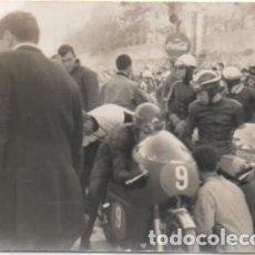 Coleccionismo deportivo: FOTOGRAFIA DEPORTIVA DE SEVILLA: PRUEBA DE MOTOCICLISMO. TAMAÑO 10,4X7,5. FOTSEV-882. Lote 183981103
