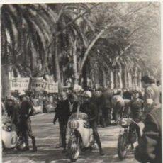 Coleccionismo deportivo: FOTOGRAFIA DEPORTIVA DE SEVILLA: PRUEBA DE MOTOCICLISMO. TAMAÑO 10,4X7,5. FOTSEV-886. Lote 183981270