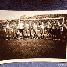 Coleccionismo deportivo: FOTOGRAFÍA JUGADORES DE FÚTBOL ATLÉTICO DE MADRID CAMPO DE FÚTBOL METROPOLITANO MEDIADOS S XX. Lote 183993542