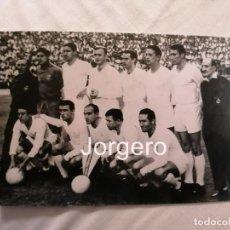 Coleccionismo deportivo: R. MADRID. ALINEACIÓN FINALISTA COPA GENERALÍSIMO 1960-1961 EN EL BERNABÉU CONTRA AT. MADRID. FOTO. Lote 184881175