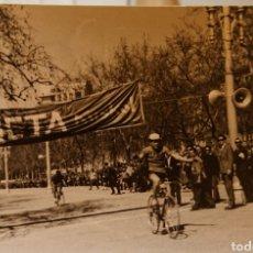Coleccionismo deportivo: VALLADOLID, CARRERA CICLISTA AÑOS 60, AGUSTÍN TAMAMES. ORIGINAL, MUY RARA.. Lote 188835056