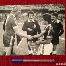 Coleccionismo deportivo: F872 FOTO FOTOGRAFIA ORIGINAL DE PRENSA HAMBURGER SV GIRONDINS HRUBESCH CAPITANES BANDERINES. Lote 189744147