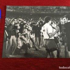 Coleccionismo deportivo: F1168 FOTO FOTOGRAFIA ORIGINAL DE PRENSA FINAL COPA BARCELONA LAS PALMAS (19-4-1978) CRUYFF BANDERIN. Lote 190286418