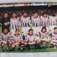 Coleccionismo deportivo: R. VALLADOLID. ALINEACIÓN PARTIDO DE LIGA 1997-1998 EN EL CAMP NOU CONTRA EL BARCELONA. FOTO. Lote 191211392