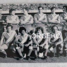 Coleccionismo deportivo: RAYO V. ALINEACIÓN PARTIDO DE LIGA 1979-1980 EN EL S. PIZJUÁN CONTRA EL SEVILLA. FOTO. Lote 191211693