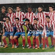 Coleccionismo deportivo: AT. MADRID. ALINEACIÓN PARTIDO DE LIGA 2010-2011 EN ANOETA CONTRA R. SOCIEDAD. FOTO. Lote 191215595