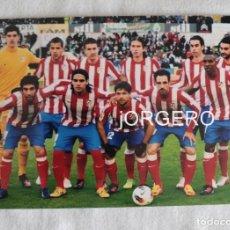 Coleccionismo deportivo: AT. MADRID. ALINEACIÓN PARTIDO DE LIGA 2011-2012 EN EL SARDINERO CONTRA EL R. SANTANDER. FOTO. Lote 191215962