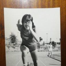Coleccionismo deportivo: DOLORES VIVES - ATLETA - FOTOGRAFÍA PROFESIONAL DE PRENSA 1978 17,9X24,2 CM CORREDORA ATLETISMO. Lote 191669203