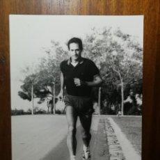 Coleccionismo deportivo: DOMINGO CATALÁN - ATLETA - FOTOGRAFÍA PROFESIONAL DE PRENSA 1986 17,9X24,2 CM CORREDOR ATLETISMO . Lote 191669430