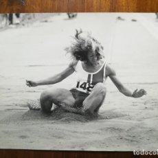 Coleccionismo deportivo: ISABEL MONTAÑA - ATLETA - FOTOGRAFÍA PROFESIONAL DE PRENSA 24,1X18,3 CM SALTO DE LONGITUD ATLETISMO . Lote 191669767