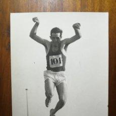 Coleccionismo deportivo: JESÚS BARTOLOME - ATLETA - FOTOGRAFÍA PROFESIONAL DE PRENSA 18,3X24,1 CM TRIPLE SALTO ATLETISMO. Lote 191669856
