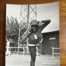 Coleccionismo deportivo: RAQUEL BARLEYCORN - ATLETA - FOTOGRAFÍA PROFESIONAL DE PRENSA 12X18,2CM LANZAMIENTO PESO ATLETISMO. Lote 191671215