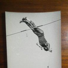 Coleccionismo deportivo: ROGER ORIOL - ATLETA - FOTOGRAFÍA PROFESIONAL DE PRENSA 17,9X24,2CM SALTO CON PÉRTIGA ATLETISMO. Lote 191671393